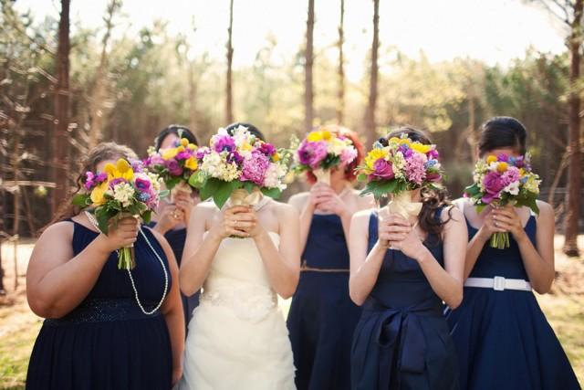 madrinas con bouquets en el matrimonio