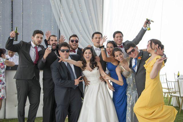 los novios e invitados en la recepción