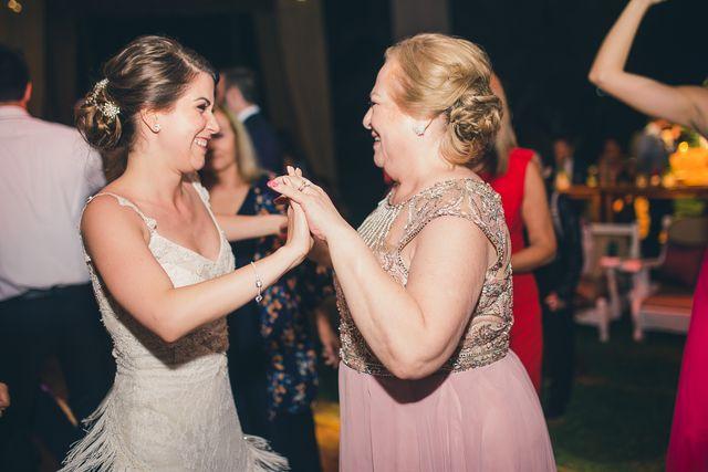 la novia y su mami bailando