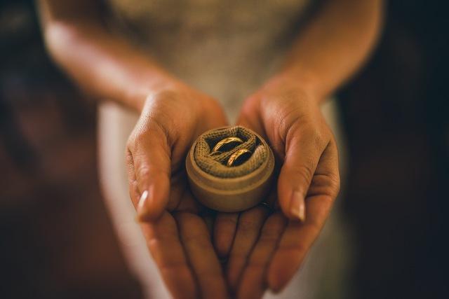 En qu mano se usa el anillo de compromiso y aro de for En que mano se usa el anillo de compromiso