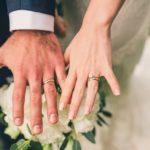 ¿En qué mano se usa el anillo de compromiso y aro de matrimonio?