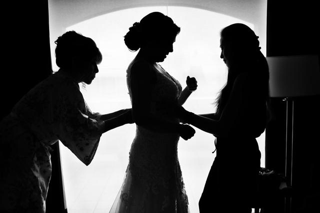 novia alistandose con sus damas