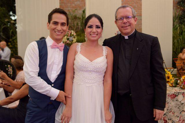 los novios con el sacerdote