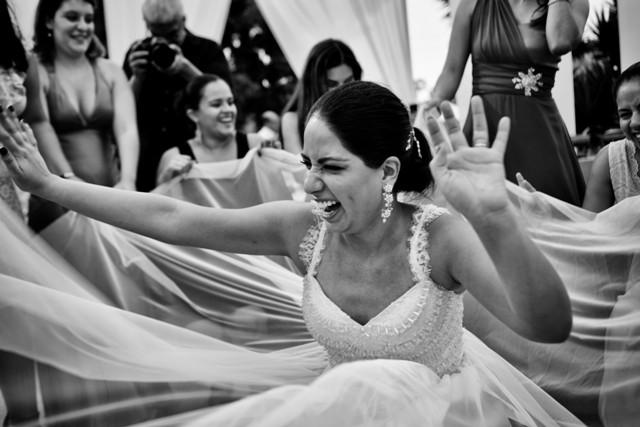 novia bailando con sus amigas