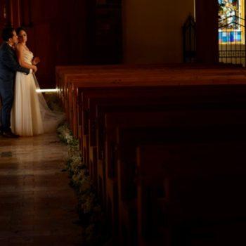Novios en su sesión de fotos dentro de la iglesia