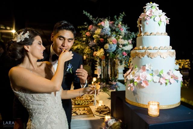 novios con su torta de boda