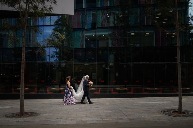novia camino a la iglesia