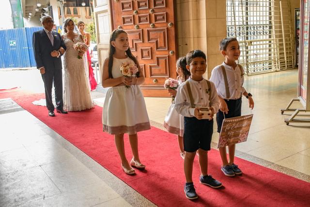 entrada de la novia con sus pajes y damitas