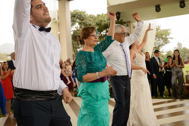 novios bailando con sus padres