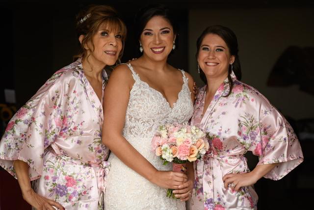 mamá y hermana con la novia