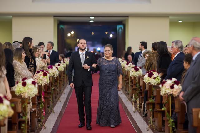 mama y novio entrando a la iglesia