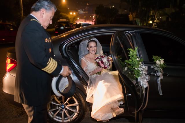 novia saliendo del carro, camino a la iglesia