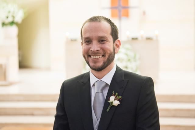 novio viendo entrar a la novia a la iglesia
