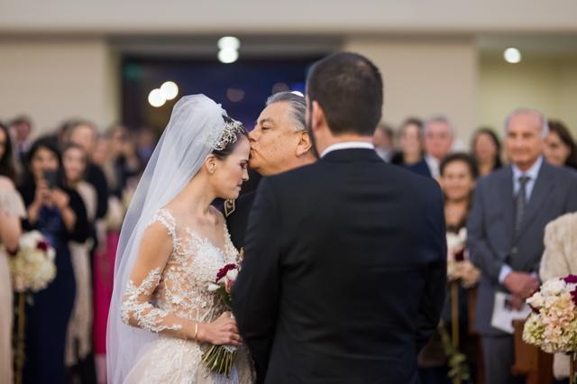 papa entregando a la novia al novio