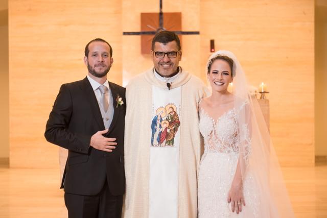 los novios junto al sacerdote