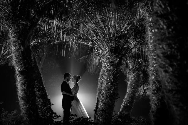 foto de los novios en blanco y negro en el jardin