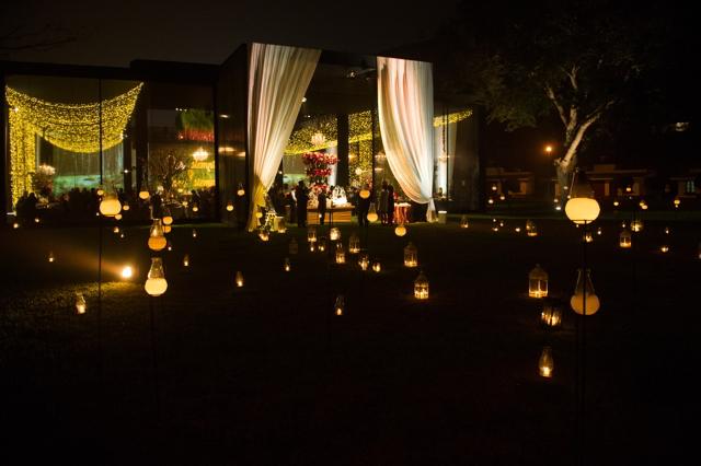luces que forman parte de la decoración del local de la boda de noche