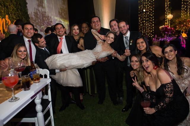 amigos de los novios cargando a la novia