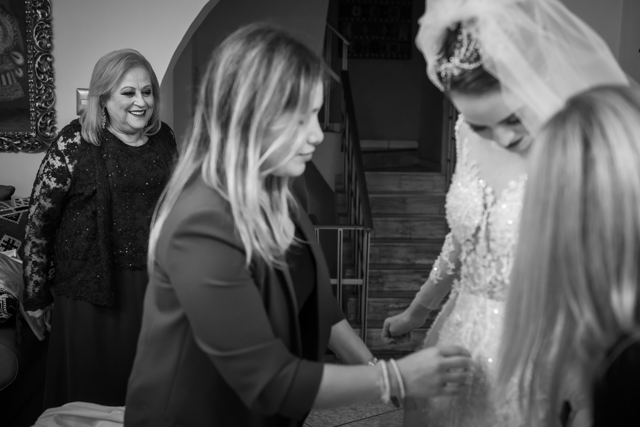 ayudando a la novia a ponerse su vestido