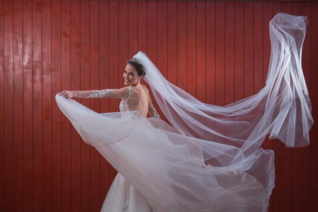 vestido y velo de la novia flotando