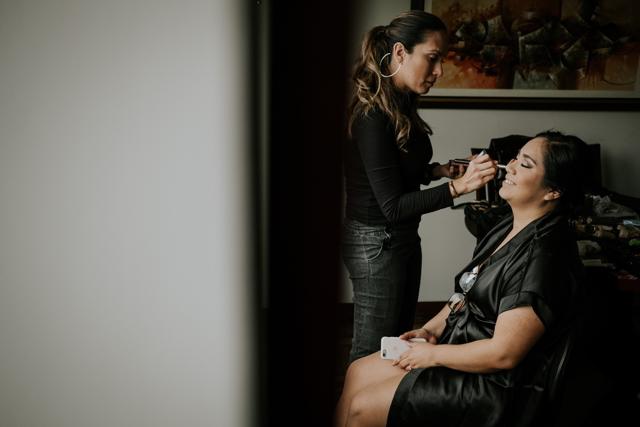 novia maquillándose antes de la boda