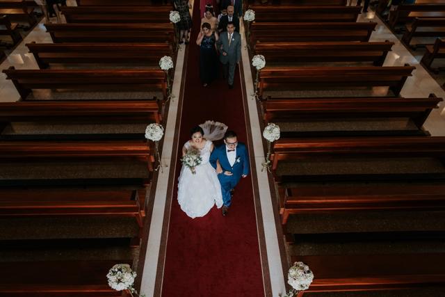 esposos saliendo de la iglesia