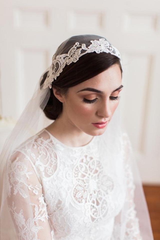 novia con un velo estilo juliet cap bordado
