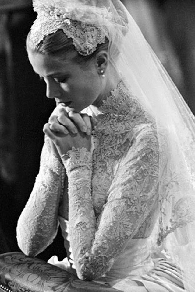 grace kelly de novia rezando de perfil