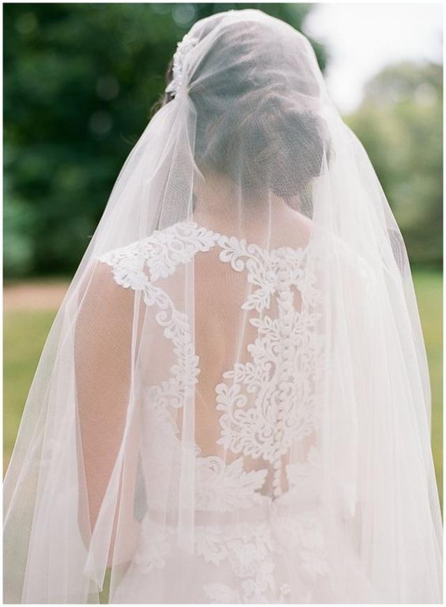 novia de espaldas usando un velo estilo juliet cap