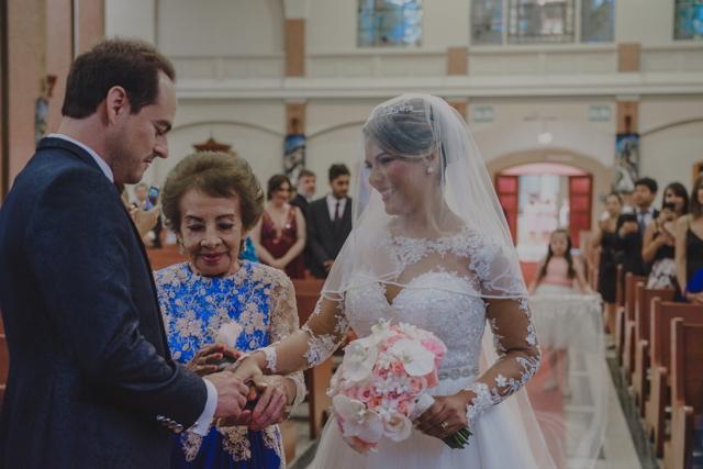 Mamá entregando a la novia en el altar