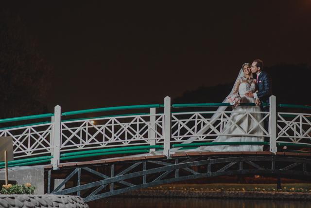 Novios en puente colgante de noche