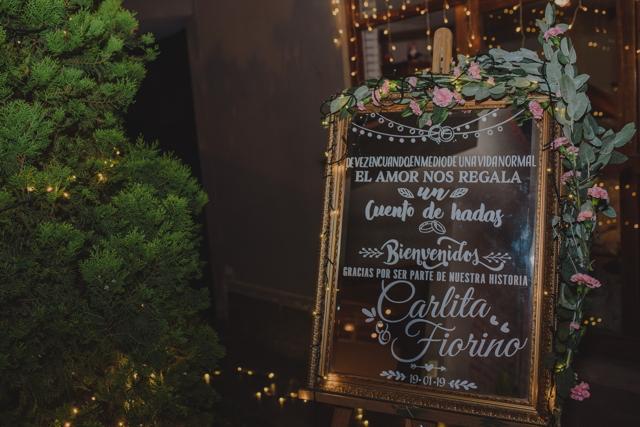 Cartel en la puerta de ingreso a la fiesta de boda