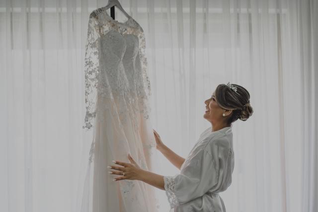 Novia mirando su vestido de bodas