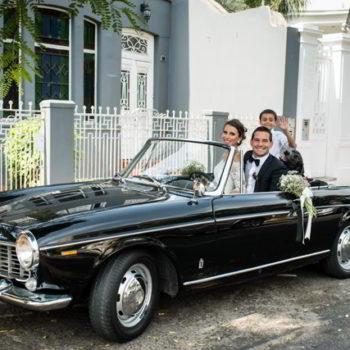 Novios en carro de bodas