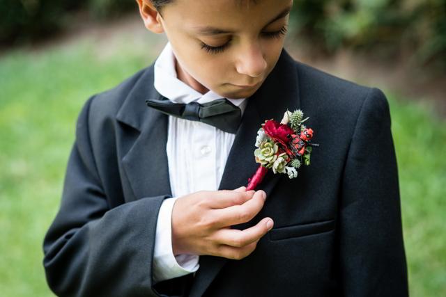 Hijo de la novia con su bottenier de super héroe