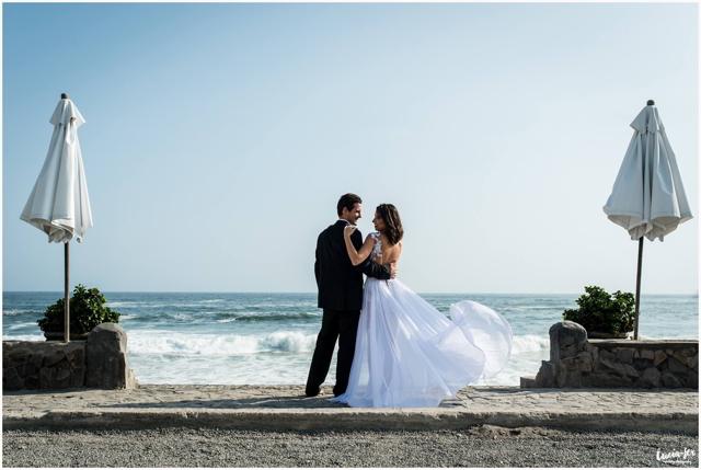 Novios en foto pre-boda en la playa