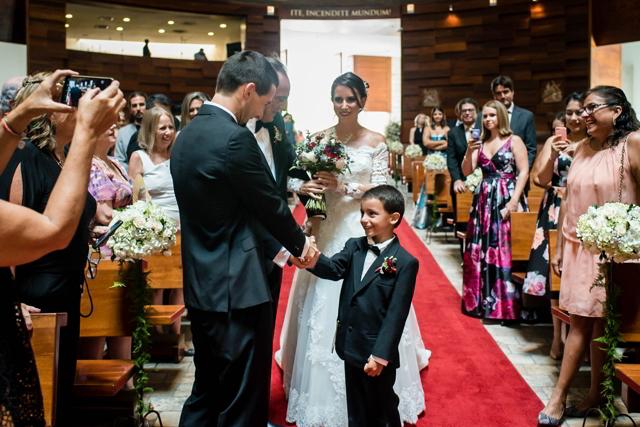 hijo y abuelo entregando a la novia en el altar