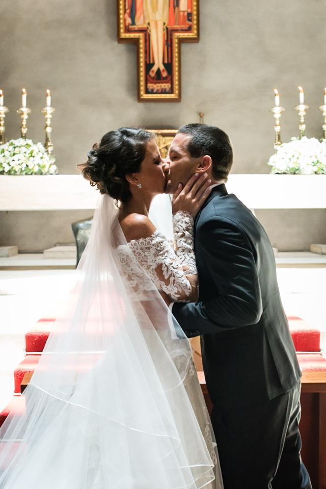 Novios dándose su primer beso de casados