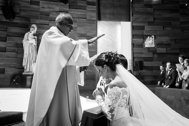 Sacerdote dando la bendición a los recien casados