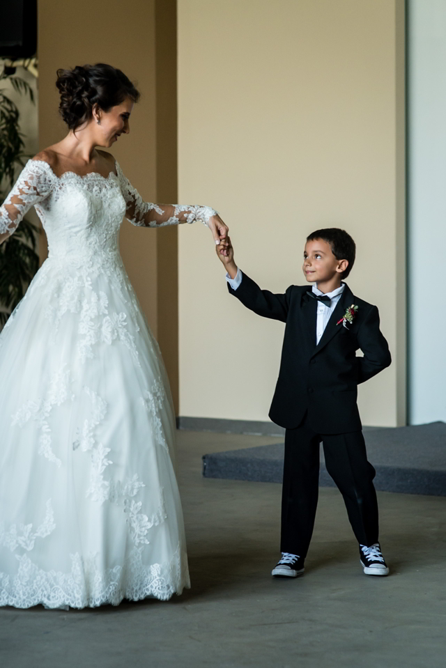 Novia bailando con su hijo