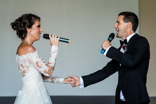 Novios cantando en la boda