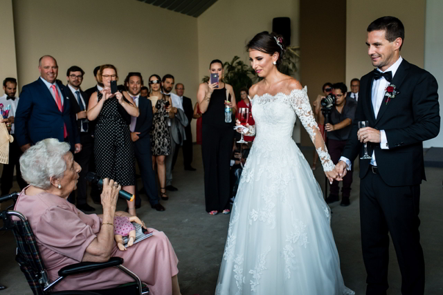 Abuelita de la novia cantando en boda