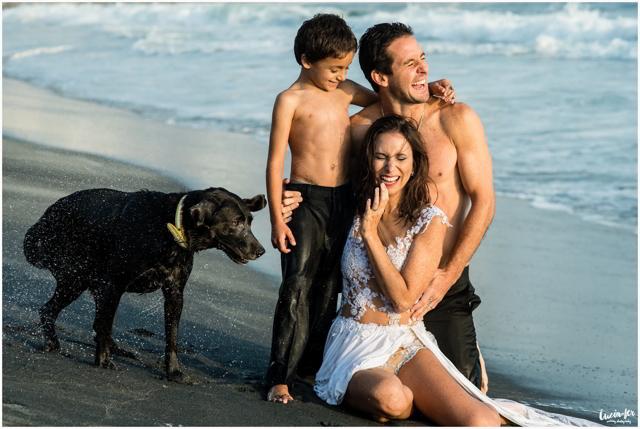 Sesión de fotos pre-boda en la playa con la familia