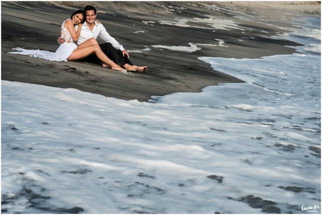 novios en su foto pre-boda en la playa