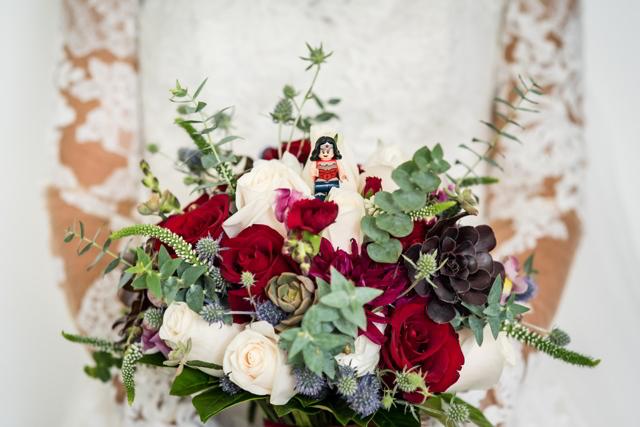 bouquet de la novia con flores rojas y blancas