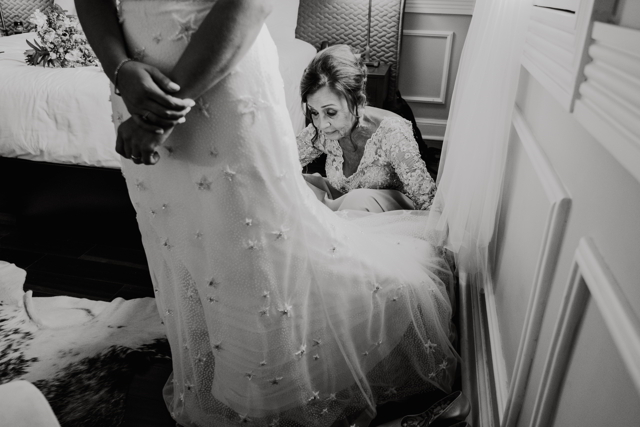 mamà alistando a la novia