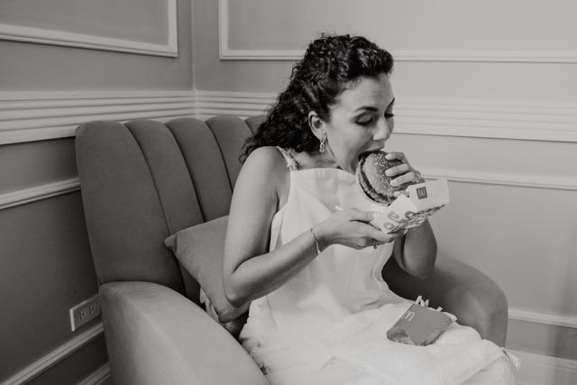 novia comiendo hamburguesa