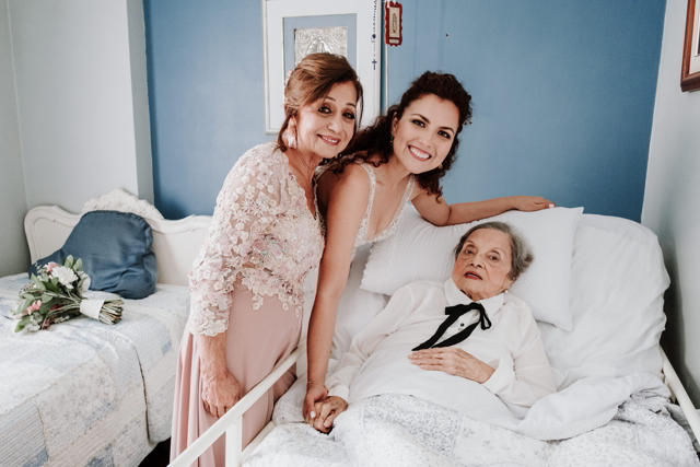 novia con su mama y su abuelita