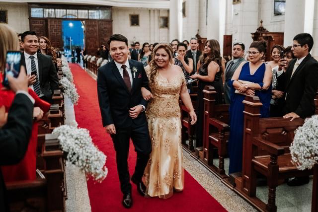 novio entrando a la iglesia