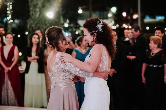 novia bailando con su mama